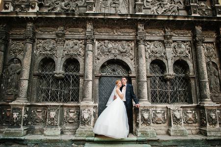 oratoria: reci�n casados ??de fondo antiguo oratorio de piedra negro