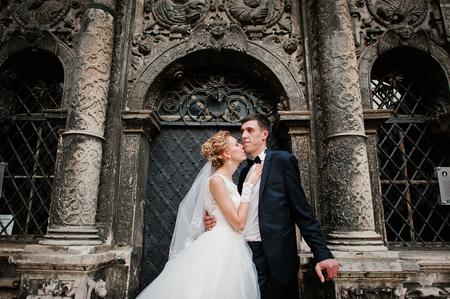 oratoria: recién casados ??de fondo antiguo oratorio de piedra negro