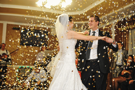 handsome wedding dance with confetti Standard-Bild