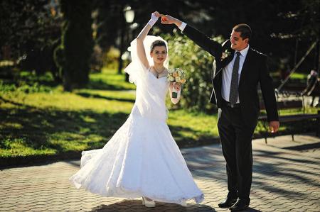 couple dancing: Dancing wedding couple outdoors