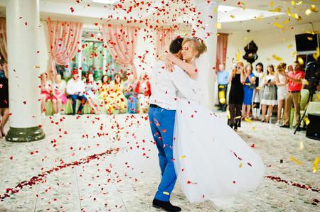 장미의 꽃잎에 커플의 첫 결혼식 댄스