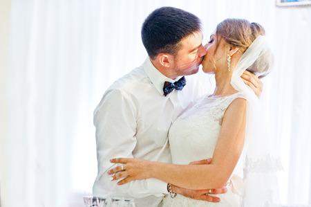 besos apasionados: besar pares de la boda en el restaurante Foto de archivo