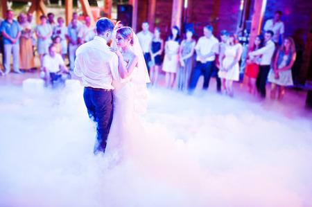 무거운 연기에 첫 결혼식 춤
