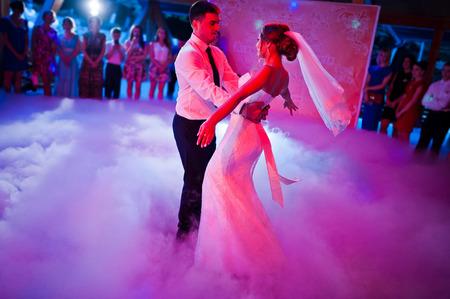parejas jovenes: Incre�ble primer baile de bodas en un denso humo