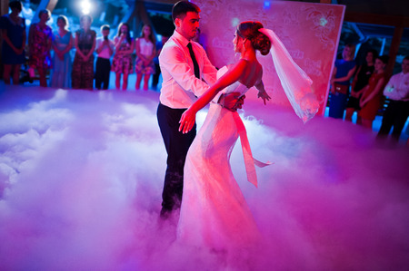 taniec: Niesamowite pierwszy taniec ślub na silny dym