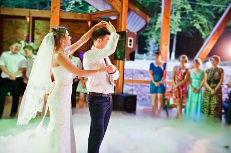 esküvő: Csodálatos első esküvői tánc nehéz füst