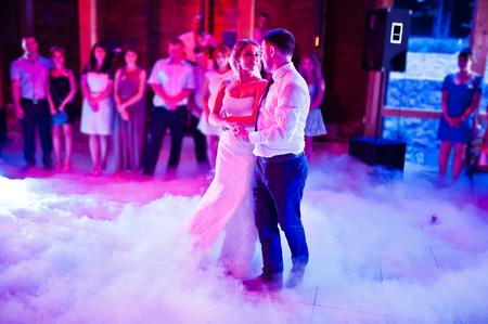 Fantastisk första bröllopsdans på tung rök