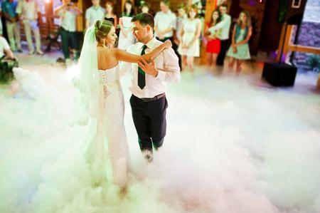 Amazing first wedding dance on heavy smoke 版權商用圖片 - 47331604