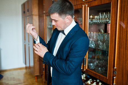 wrist cuffs: groom wear his suit on the wedding day