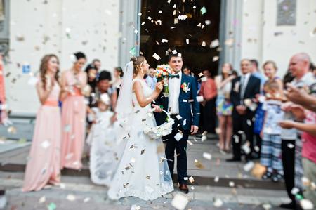 결혼식 몇 장미 꽃잎에서 교회에서 나와. 흐림 효과
