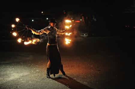 Espectáculo de fuego en la noche en la ceremonia de boda Foto de archivo - 47861399