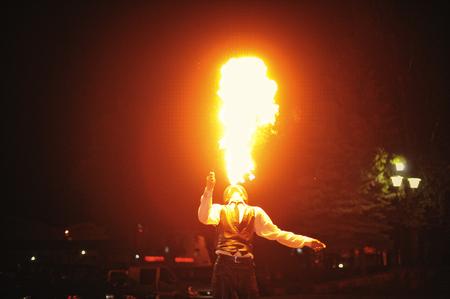 fogatas: Espectáculo de fuego en la noche en la ceremonia de boda