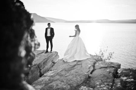 mujer enamorada: Muy sensual y id�lica pareja de novios en los pintorescos paisajes de la puesta de sol