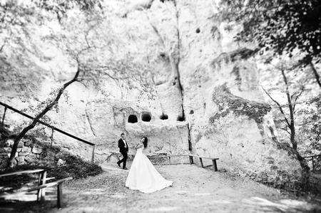 mujer enamorada: Muy sensual y idílica pareja de novios en los paisajes pintorescos