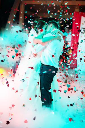varioius 조명과 연기 레스토랑에서 웨딩 댄스