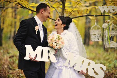 señora: boda feliz pareja en el día de otoño con la señora signo & mr Foto de archivo