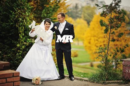se�ora: boda feliz pareja en el d�a de oto�o con la se�ora signo & mr Foto de archivo