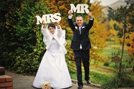 mrs: boda feliz pareja en el d�a de oto�o con la se�ora signo & mr Foto de archivo
