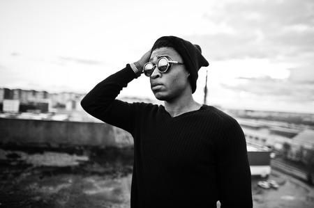 Portret van de stijl zwarte man op het dak