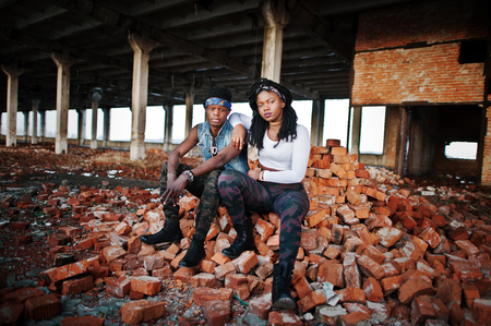地下のヒップホップの afroamerican のカップル
