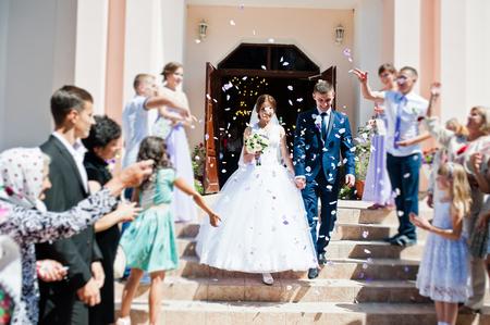 뿌려 손님들은 교회 등록 후 신혼을위한 장미 꽃잎 스톡 콘텐츠