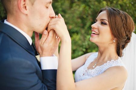 Bräutigamkuß Hand der Braut Standard-Bild