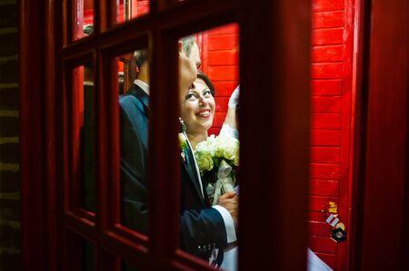 cabina telefonica: Pares de la boda en la cabina de tel�fono Foto de archivo