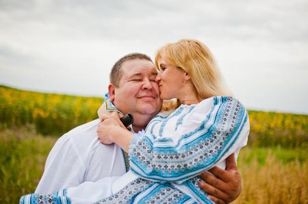 Gelukkig man en vrouw. zoenen