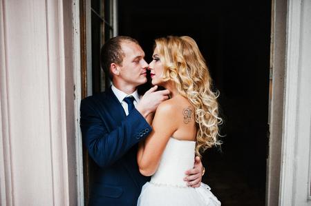 parejas romanticas: pareja de boda elegante en la casa de la vendimia vieja