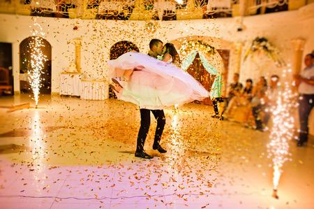 Erste Hochzeitstanz der Jungvermählten auf Restaurant mit Feuerwerk