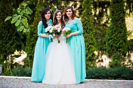 turqoise: Bride with bridesmaids on turqoise dresses outdoor Stock Photo