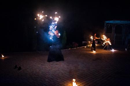 Espectáculo de fuego increíble en la ceremonia de boda en la noche Foto de archivo - 50764344