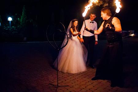 밤에 결혼식에 놀라운 불 쇼