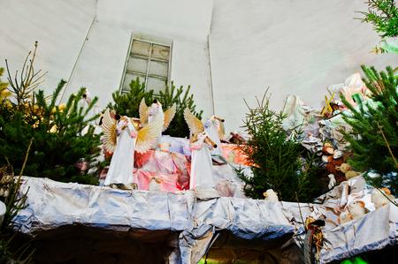 animal angelic: Very large christmas nativity crib. Trumpeting angels