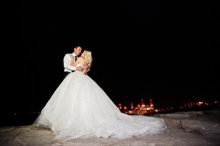 Gorgeous bruidspaar achtergrond nacht stad met kasteel in het licht