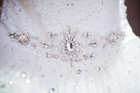 Spilla di diamanti sul vestito da sposa di lusso Archivio Fotografico - 53988734