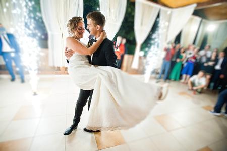 웨딩 커플의 불꽃 놀이와 함께 첫 웨딩 댄스. 흐림 및 소음이있는 사진