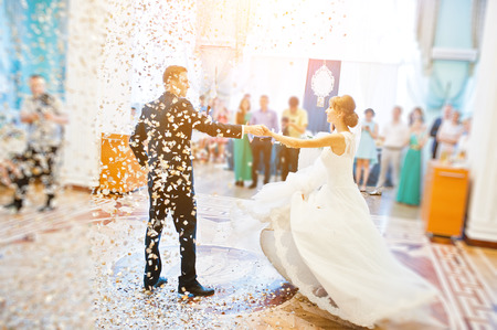 First wedding dance with golden confetti Foto de archivo