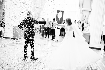 Erste Hochzeitstanz mit goldenen Konfetti