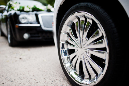 Stylish and cool chrome wheels on wedding car Imagens