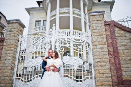 puertas de hierro: Pares de la boda de fondo grande de la mansi�n de lujo con blancas puertas de hierro forjado Foto de archivo