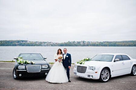 Wedding couple Hintergrund zwei schwarze und weiße Hochzeit Autos