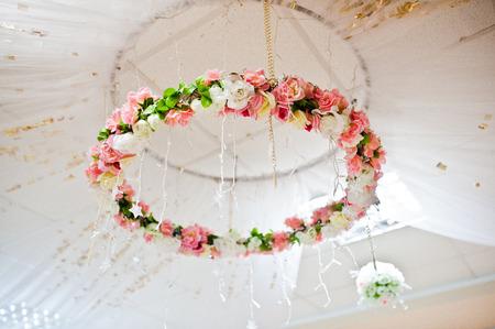 Dekorative Reihe von künstlichen Blumen auf dem Hochzeitsbogen Standard-Bild