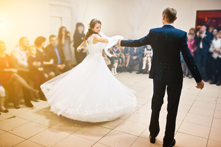 Erste Hochzeitstanz auf Rauch der Hochzeitspaar im Restaurant