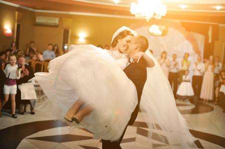 Erstaunlich erste Hochzeitstanz der stilvollen Hochzeitspaar im Luxus-Restaurant