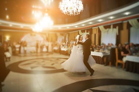 고급 레스토랑에서 세련된 웨딩 커플의 놀라운 첫 번째 결혼식 댄스