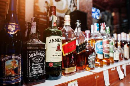 bebidas alcohÓlicas: Kiev, Ucrania - MARZO 25 de, 2016: Varias botellas de bebidas alcohólicas en el bar. Jack Daniels, Jameson y Red Label en el centro