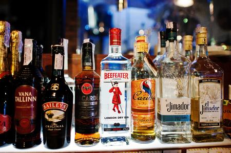bebidas alcohÓlicas: Kiev, Ucrania - MARZO 25 de, 2016: Varias botellas de bebidas alcohólicas en el bar.