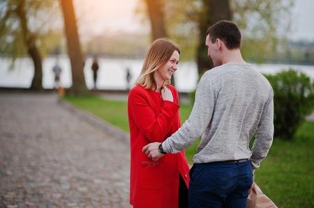 Huwelijksaanzoek. Man met boquet van bloemen gaat naar zijn vriendin te ontmoeten