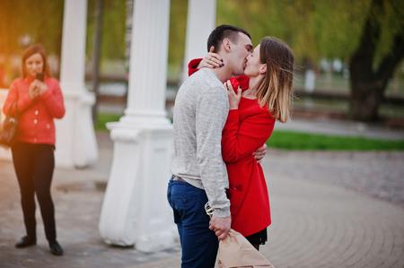 Huwelijksaanzoek. Kuste meisje en haar vriend met een boeket bloemen